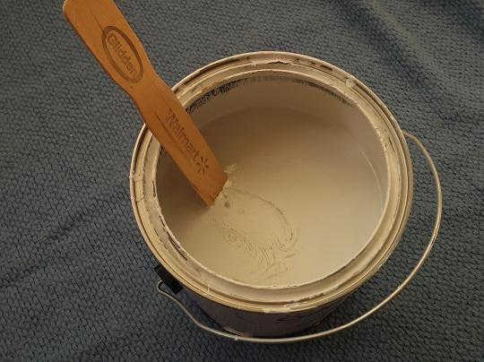 Always make sure your paint is properly stirred. You can have this done at the store or do it yourself at home. The color I'm using is BHG912 / Early Blossom ColorPlace Int. Satin.