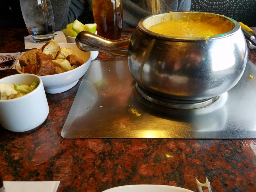 The+Wisconsin+Cheddar+Fondue+served+with+Granny+Smith+apples%2C+bread+and+fresh+broccoli+at+The+Melting+Pot+in+Littleton%2C+Colo.%2C+April+3%2C+2018.